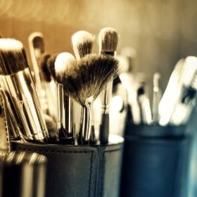 Esponjas y pinceles de maquillaje de todos los colores